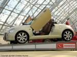 2007.04.21/181917/daihatsu-copen-mit-schwingtueren---roadster Daihatsu Copen mit Schwingtüren - Roadster, Hardtop-Cabrio, erstes Auto mit hydraulisch versenkbarem Hardtop aus Aluminium - gezeigtes Fahrzeug: Bj 2006 - techn. Daten: Motortyp L881, wassergekühlter 4-Zylinder-Viertakt-Otto-Motor mit DWT, dohc, 16 Ventile, Hubraum 1.298 cm³, Leistung 64 kW (87 PS), Drehmoment 120 Nm bei 4.400 U/min, Leergewicht 850 kg, 180 km/h - fotografiert am 21.04.2007 zur AMI Leipzig - Copyright @ Ralf Christian Kunkel