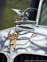 2010.04.14/91965/logo-und-kuehlerfigur-eines-horch-951 Logo und Kühlerfigur eines Horch 951 A Sedankabriolett mit der Karosserie von Erdmann & Rossi (Berlin) - Baujahr 1940, Horch-Werke Zwickau, Deutschland - letzter großer Horch vor Einstellung der Produktion von Zivilfahrzeugen im Herbst 1940 - Flaggschiff der Marke - techn. Daten: 8-Zylinder-Reihen-Ottomotor, Hubraum 4.944 cm³, 120 PS bei 3.400 U/min, 4-Gang ZF Aphongetriebe AK 4 S 20, Verbrauch 22,5 Liter/100 km, Vmax. 130-135 km/h - vom Typ 951 wurden zwischen 1935 und 1940 nur 465 Fahrzeuge gebaut - Leihgabe des August Horch Museums Zwickau - fotografiert am 14.04.2010 zur AMI in Leipzig - Copyright @ Ralf Christian Kunkel